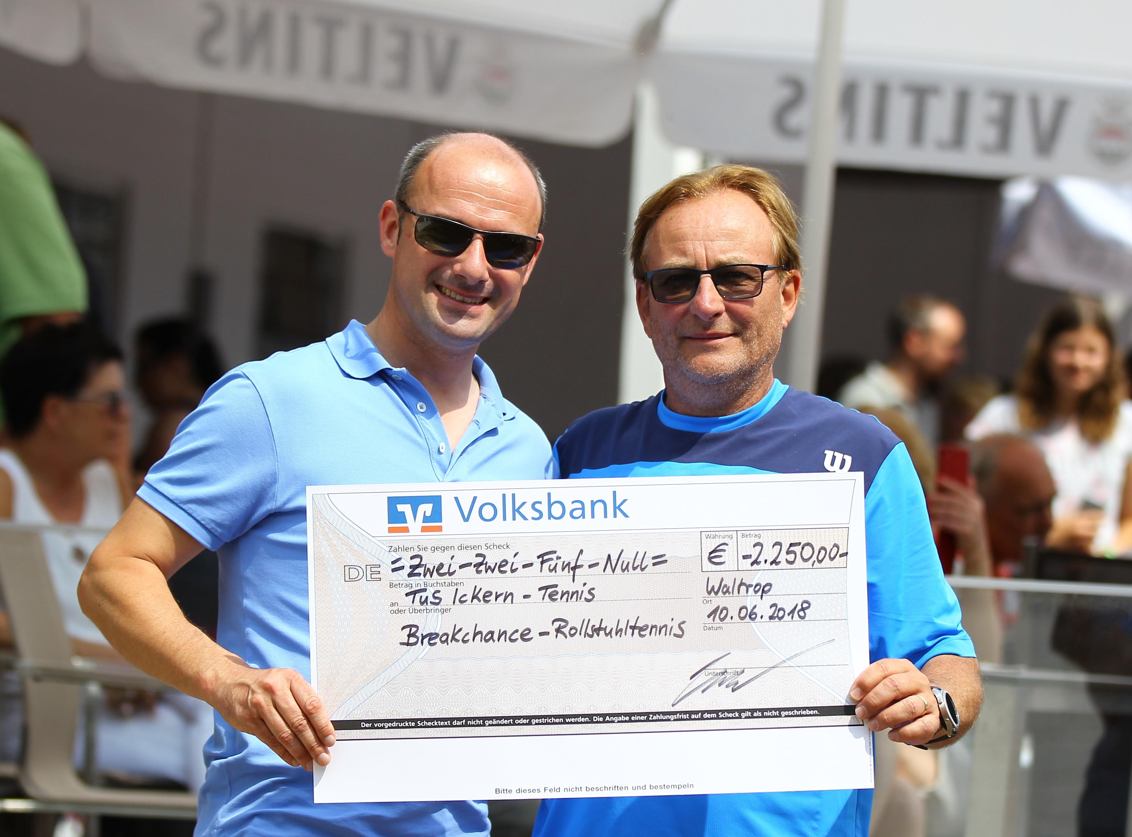 Robert Kramer überreicht Spendenscheck